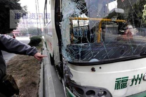 公交刹车不灵撞上高压电塔