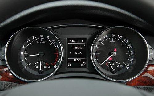 启动引擎后,怠速转速平稳地落在相当低的800转,事实上若平顺地驾驶superb 2.0 tdi时,搭配支援6速档位dsg变速箱的多档位优势,以及柴油充沛的低转高扭力特色,在考量燃油经济性与舒适性的d档模式下,行驶绝大多数道路时,常用转速域能落在1,500转