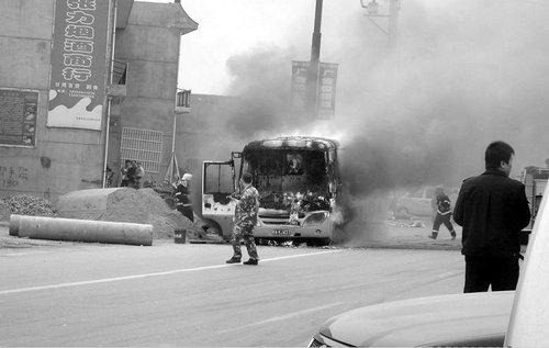 行驶面包车突然自燃 司机行人纷纷灭火
