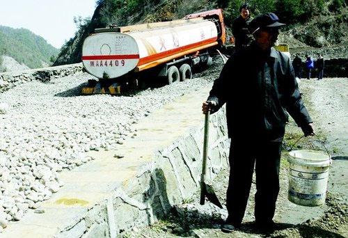 油罐破裂柴油外漏 两吨油被村民接走