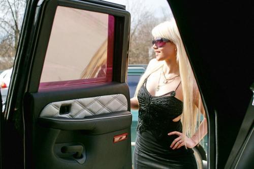 爆乳女郎相伴 900万极品红钻版SUV赏析