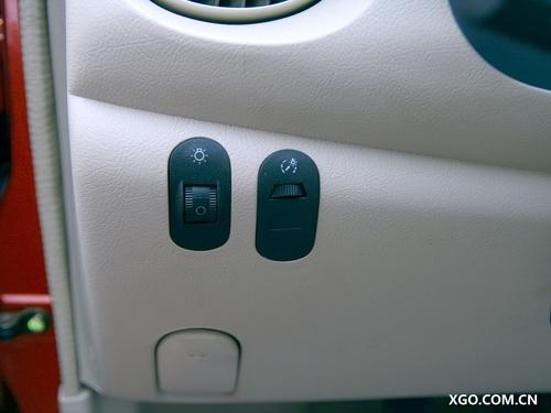 这款车的大灯开关及调节都在方向盘左下角