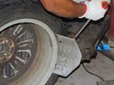 汽车安全手册:轮胎被扎我们该怎么办