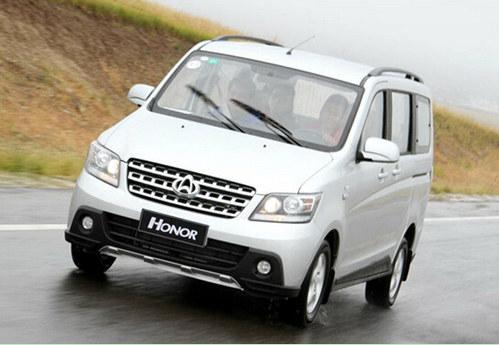 安全性上,前雾灯这种基本的有效提高极端天气情况下驾驶安全的配置