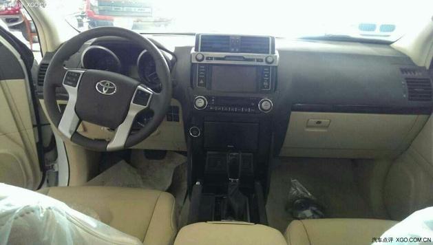 霸道4000车内影音娱乐系统,自动空调和四驱功能按键自上而下排列在