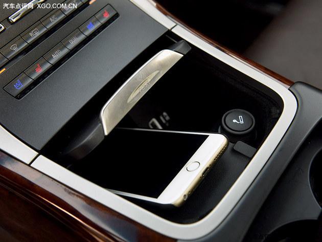 △ 在采用电子按键档位设计后,林肯MKX在中控台下方可以得到一个