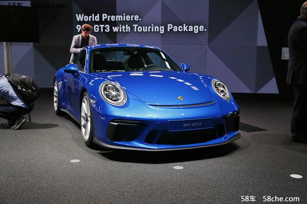 外观方面,新车相比普通版911 GT3车型最大的变化便是在于车尾处取消了原有的大尺寸扰流板。相比之下,新车的造型更加收敛、文雅。其余部分,新车则基本保留了普通版车型的造型。