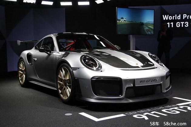 外观方面,新车基于现款911打造,但是造型风格更为激进,配备了更加赛车化的空气动力学套件,对进气系统、刹车冷却系统都有巨大提升,一切为了性能服务。同时新车使用碳纤维机盖的材质也能有效降低车身重量,经过各种减重之后,整车仅重1470kg(包含满油油箱)。