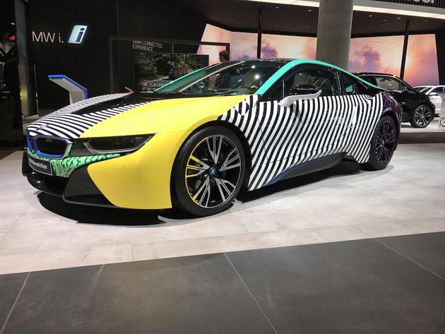 新车延续了i8普通版的主体设计,但其使用了黄色、蓝色、绿色及黑白相间等多种车身颜色,营造的视觉效果非常炫酷。除了独特的颜色之外,这款车在外观设计方面与现有车型保持一致。