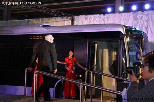 巴菲特 比亚迪纯电动客车K9首名乘客