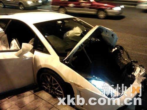 兰博基尼连撞两出租 司机发飙追打的哥