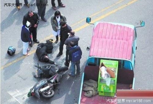 货车变道引发车祸 小伙当场被撞昏迷